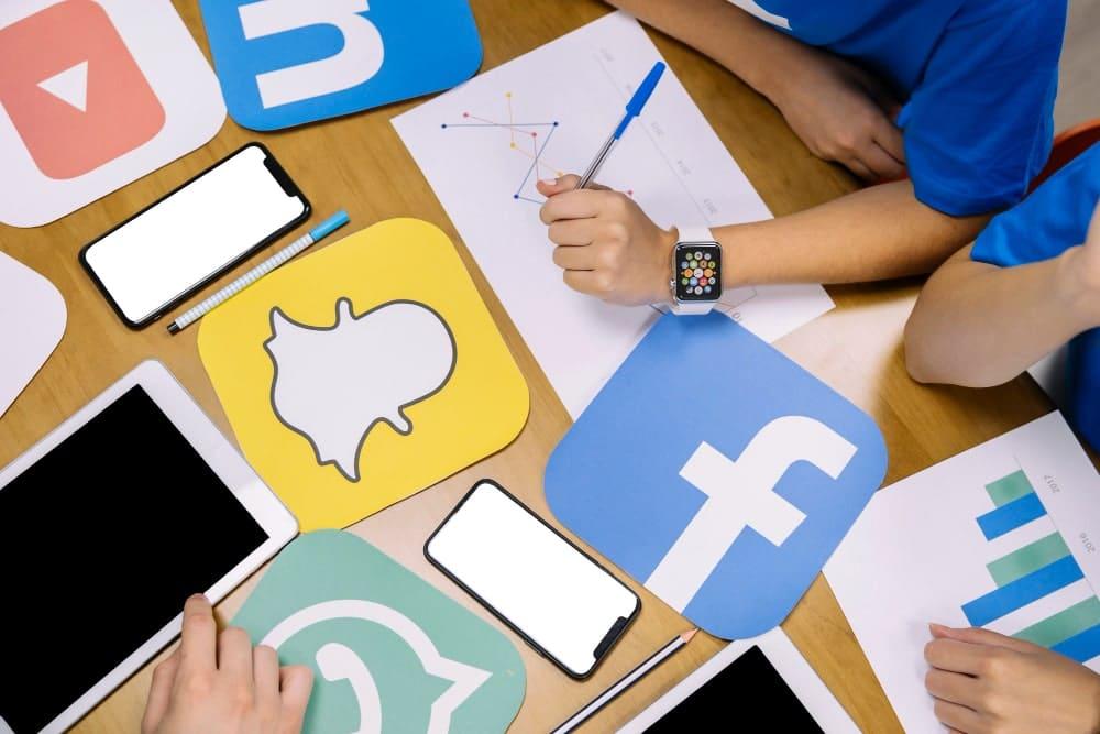 Younicom gère les réseaux sociaux et modère les avis et commentaires sur facebook ou linkedin